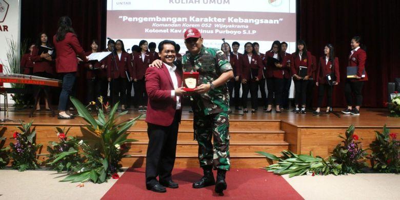 Rektor Untar Prof. Agustinus Purna Irawan dan Danrem Wijayakrama Kodam Jaya Kolonel Kav. Agustinus Purboyo saat memberi kuliah umum di Untar, Jumat (30/11/2018) di auditorium kampus Untar.