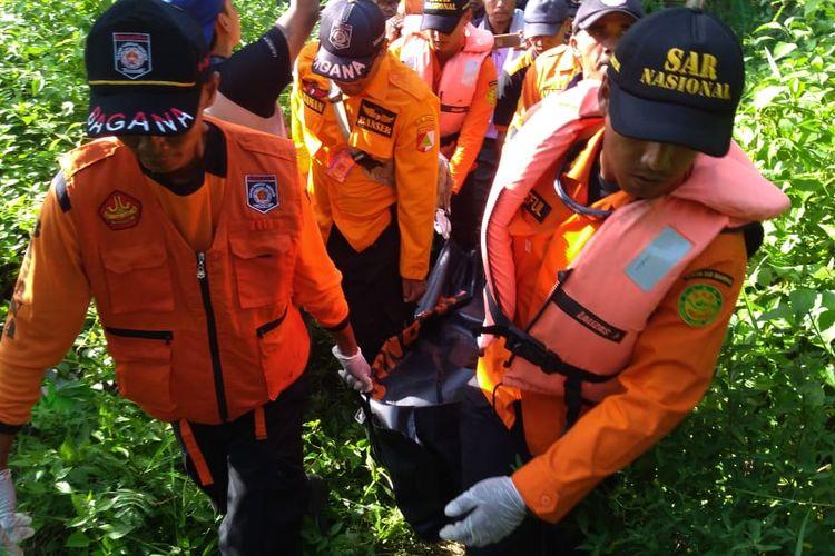 Basarnas mengevakuasi jenazah di dekat jembatan Penggalang, Kecamatan Adipala, Kabupaten Cilacap, Jawa Tengah, Sabtu (27/4/2019) sore.