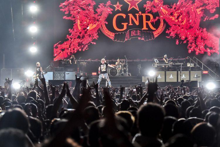 Band Guns N Roses beraksi para konsernya yang bertajuk Not In This Lifetime di Gelora Bung Karno, Jakarta, Kamis (8/11/2018). Pada konser tersebut Guns N Roses membawakan sejumlah lagu andalannya salah satunya Welcome to The Jungle.