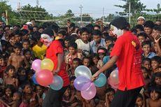 Badut Bawa Keceriaan ke Anak-anak Etnis Rohingya