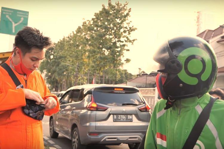Belakangan ini banyak diperbincangkan soal seorang pengemudi ojek online (ojol) yang mendorong motor di jalan dengan modus kehabisan bensin alih-alih berharap mendapatkan bantuan. Video ini viral di akun YouTube Elang Motovlog. Bahkan, video dengan cerita nyaris serupa juga viral melalui akun YouTube artis peran Baim Wong.