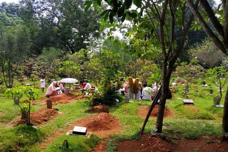 Suasana ziarah kubur di makam Jati Nusa Indah, Tambun Selatan, Kabupaten Bekasi pada Idul Fitri, Kamis (13/5/2021). Sebagian besar peziarah dan pedagang terlihat tak mengenakan masker dengan benar.