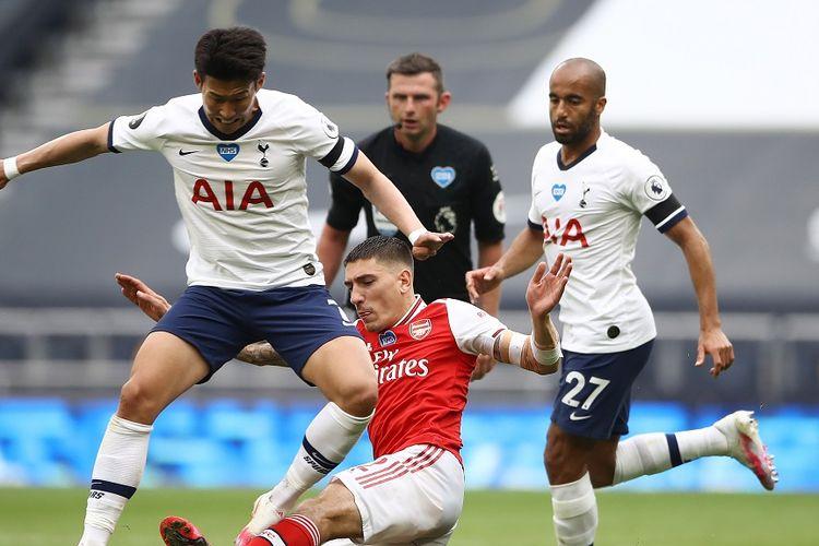 Penyerang Tottenham Hotspur Son Heung-Min (kiri) mendapat penjagaan dari bek Arsenal Hector Bellerin dalam laga Liga Inggris antara Tottenham vs Arsenal di Stadion Tottenham Hotspur di London, pada 12 Juli 2020.