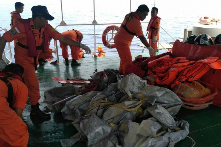Petugas Basarnas tengah mengumpulkan puing pesawat Lion Air yang jatuh di perairan teluk Karawang.