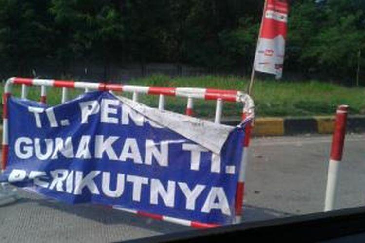 Kepadatan tol Jakarta-Cikampek berimbas pada penuhnya rest area di sepanjang tol tersebut, Selasa (29/7/2014). Sejumlah rest area bahkan penuh sehingga pengendara diminta berhenti di tempat istirahat berikutnya.