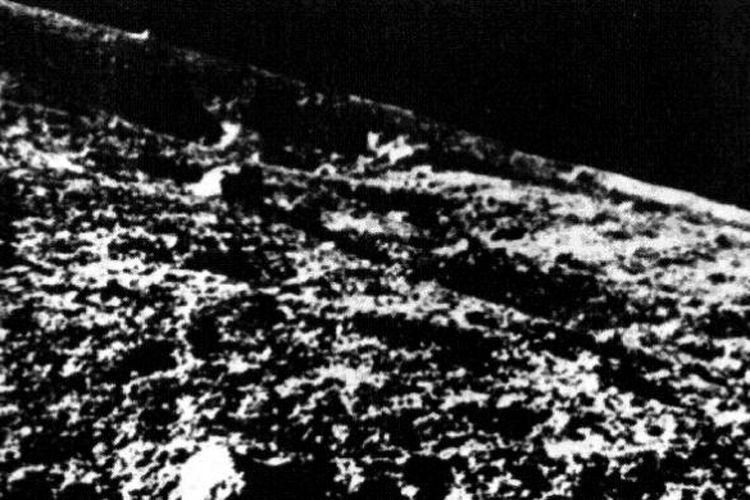 Foto permukaan Bulan yang dipotret wahana Luna 9 sebelum mendarat.