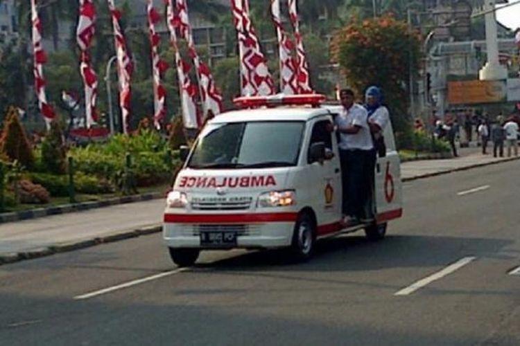 Ambulans Gerindra hilir mudik di Jalan Thamrin, Jakarta Pusat, Kamis (21/8/2014).
