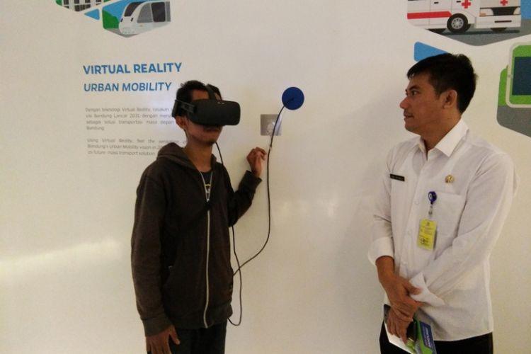 Salah seorang pengunjung saat mencoba teknologi virtual reality proyek LRT Bandung di Bandung Planning Gallery