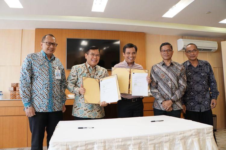 Penandatanganan kerjasama pinjaman subordinasi antara Direktur Utama PT Sarana Multigriya Finansial (SMF) Ananta Wiyogo dan Direktur Bank Tabungan Negara (Persero) Tbk Nixon Napitupulu, Jumat, (27/12.2019).