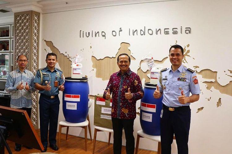 Duta Besar Indonesia untuk Singapura Ngurah Swajaya (ketiga dari kiri) menerima secara virtual bantuan untuk memerangi pandemi virus corona yang diberikan oleh Yayasan Temasek kepada Provinsi Riau, Provinsi Kepulauan Riau, dan Kota Jambi melalui KBRI Singapura, Senin pagi (18/05/2020)