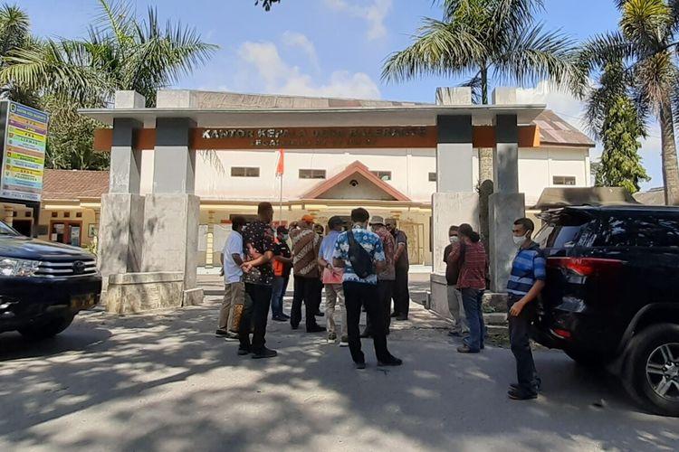 Kantor Desa Balerante, Kecamatan Kemalang, Kabupaten Klaten, Jawa Tengah menjadi tempat evakuasi sementara warga jika Gunung Merapi erupsi.
