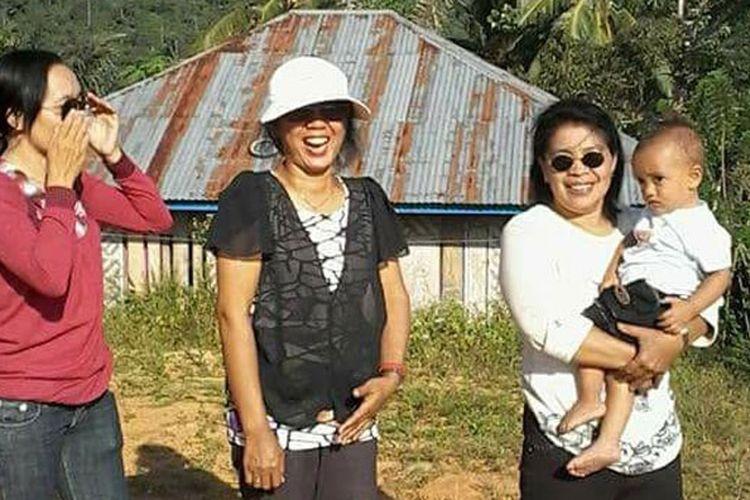 Wisatawan Nusantara berswafoto dengan latar belakang Watu Umpu di Kecamatan Welak, Manggarai Barat, Flores, NTT.