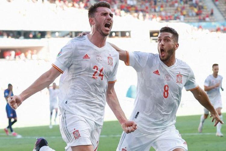 Aymeric Laporte (kiri) ketika merayakan golnya bersama Koke (kanan) pada laga ketiga Grup E Euro 2020 yang mempertemukan Slovakia vs Spanyol di Estadio de La Cartuja, Rabu (23/6/2021) malam WIB.