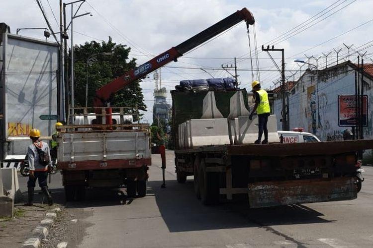 Sejumlah beton pembatas jalan atau MCB mulai didistribusikan di sejumlah titik jalan yang akan ditutup, Sabtu (28/3/2020). (Foto: Dokumentasi DPUPR Kota Tegal)