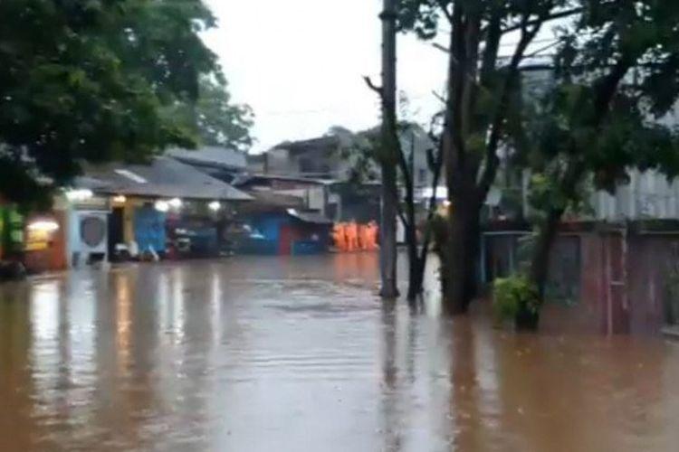 Genangan air setinggi 60 sentimeter menutup sebagian Jalan Raya Jambore akibat hujan lebat, Senin (26/10/2020). Petugas menutup sementara akses jalan untuk keperluan pemompaan air. (ANTARA/HO-Sudinhub Jaktim).