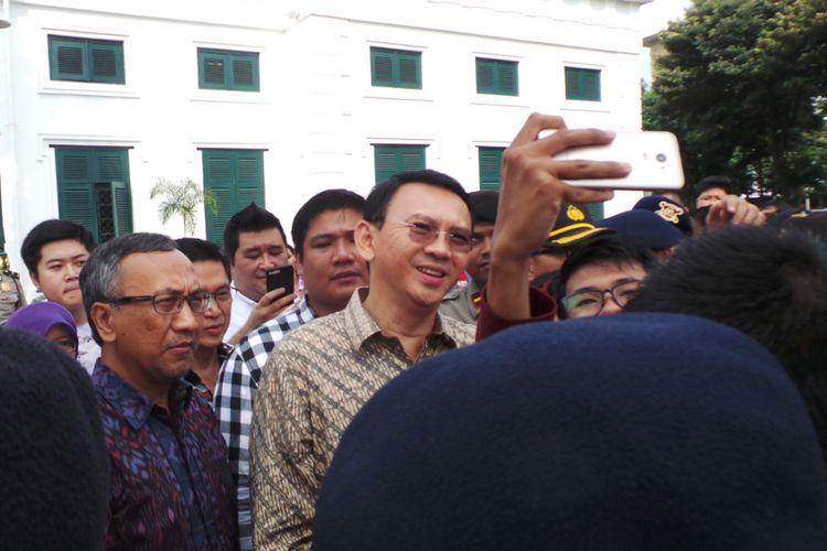 Gubernur DKI Jakarta Basuki Tjahaja Purnama atau Ahok saat mengunjungi kawasan Kota Tua untuk kick off revitalisasi kawasan tersebut, Jakarta Barat, Minggu (16/4/2017).