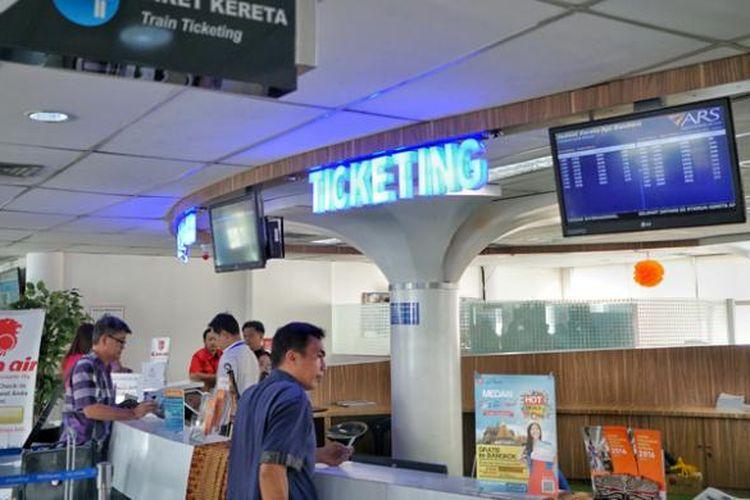 Calon penumpang KA Bandara Kualanamu membeli tiket di loket Stasiun Medan. Sebanyak 95 persen pembelian tiket masih dilakukan dengan memakai uang kas.
