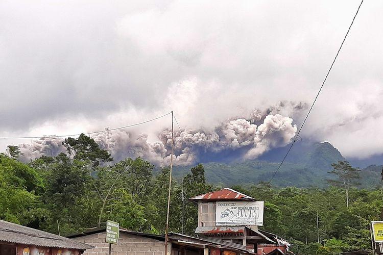 Luncuran awan panas guguran Gunung Merapi yang terjadi 27 Januari 2021 sekitar pukul 13.30 WIB terpantau dari Ngrangkah, Umbulharjo, Cangkringan, Sleman