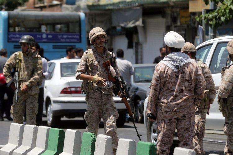 Pasukan Garda Revolusi mengamankan lokasi di sekitar gedung parlemen di Teheran yang diserang sekelompok orang bersenjata.
