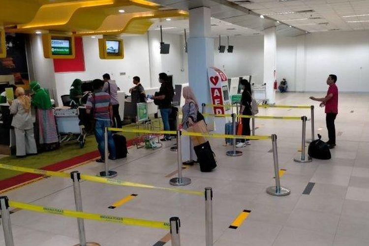 Rekayasa pembatasan jarak antrian atau optimal distancing sebagai upaya pencegahan penularan COVID-19 di Bandara Sultan Thaha Jambi. (Antara/HO/Angkasa Pura II)