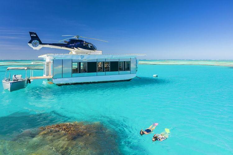 Wisatawan bisa berenang dekat dengan susunan batu karang bernama Heart Reef di Great Barrier Reef, Australia.