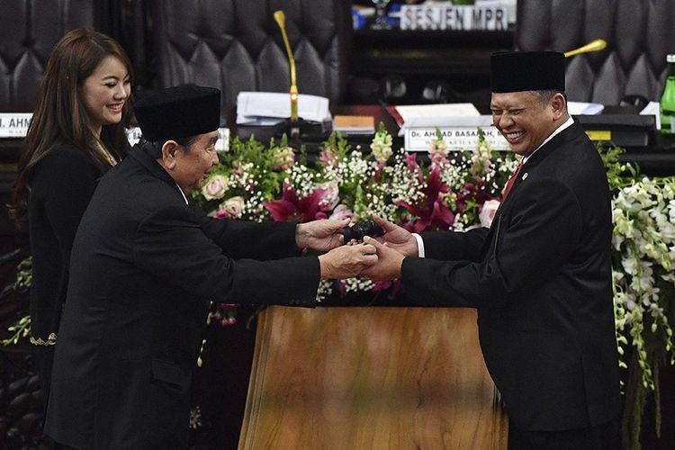 Pimpinan sementara MPR Abdul Wahab Dalimunte (kedua kiri) dan Hillary Brigitta Lasut (kiri) memberikan palu sidang kepada Ketua MPR Bambang Soesatyo (kanan) usai pelantikan pimpinan MPR periode 2019-2024 di ruang rapat Paripurna MPR, Kompleks Parlemen, Senayan, Jakarta, Kamis (3/10/2019). Sidang Paripurna tersebut menetapkan Bambang Soesatyo sebagai Ketua MPR periode 2019-2024 dengan Wakil Ketua, Ahmad Basarah dari Fraksi PDI Perjuangan, Ahmad Muzani dari Fraksi Partai Gerindra, Lestari Moerdijat dari Fraksi Partai Nasdem, Jazilul Fawaid dari Fraksi Partai Kebangkitan Bangsa, Syarief Hasan dari Fraksi Partai Demokrat, Zulkifli Hasan dari Fraksi Partai Amanat Nasional, Hidayat Nur Wahid dari Fraksi Partai Keadilan Sejahtera, Arsul Sani dari Fraksi Partai Persatuan Pembangunan dan Fadel Muhammad dari Kelompok DPD di MPR.