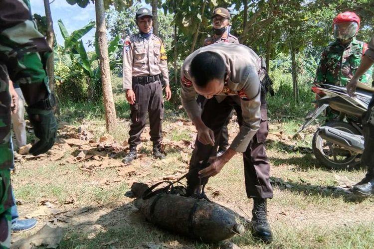 Tim Gegana Brimob Polda Jateng evakuasi rudal di tepian sungai Bengawan Solo, Kecamatan Cepu, Kabupaten Blora, Jawa Tengah, Minggu (29/6/2020).