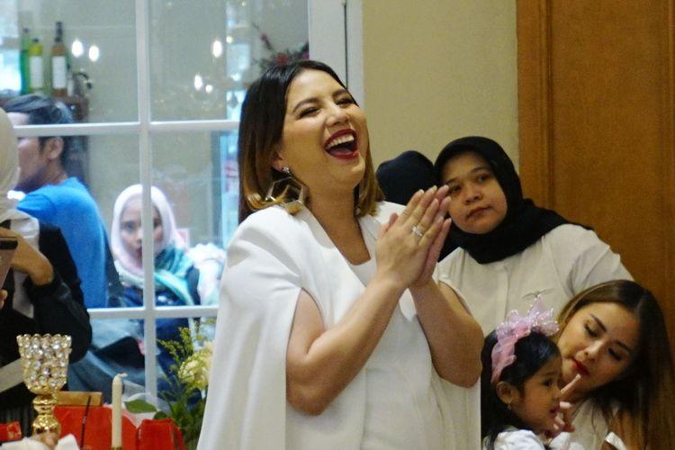 Artis peran Tya Ariestya saat ditemui di peluncuran brand lipstik miliknya, Lipcream dan Lipmatte Kind di kawasan Gondangdia, Jakarta Pusat, Rabu (3/4/2019).