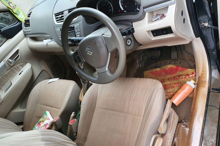 Ilustrasi interior mobil yang mengalami kebanjiran