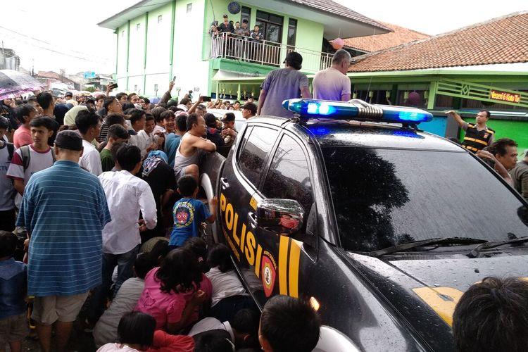 Warga Tasikmalaya berkerumun saat evakuasi mayat siswi SMPN 6 Tasikmalaya di gorong-gorong sekolahnya, Senin (27/1/2020).
