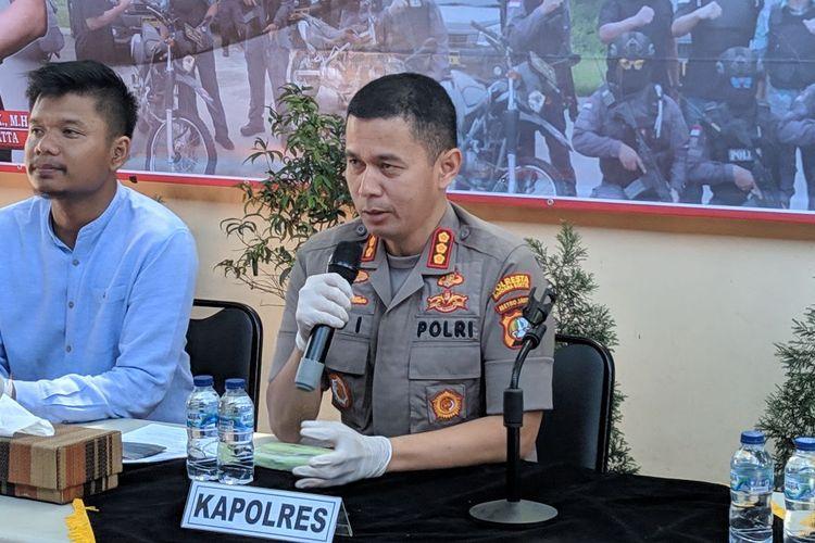 Kapolres Bandara Soekarno-Hatta Kombes Pol Adi Ferdian Saputra saat konferensi pers penangkapan sindikat jual beli BPKB di Polres Bandara Soekarno-Hatta, Selasa (10/3/2020)