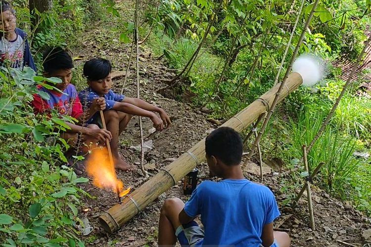 "Bocah-bocah sebaya membuat meriam udara yang mereka sebut sebagai ""long pring"" di Kalurahan Sidomulyo, Kapanewon Pengasih, Kabupaten Kulon Progo, Daerah Istimewa Yogyakarta. Mereka mencari bambu sepelukan di bukit-bukit, membawanya pulang, lalu membuat long pring ini."
