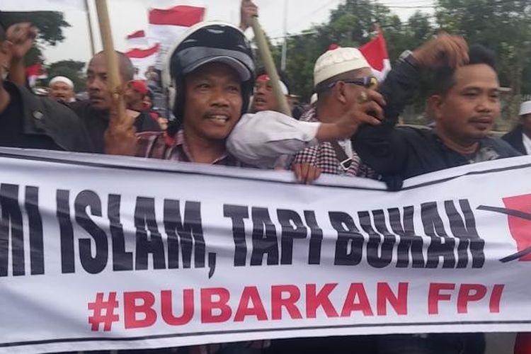 Aksi tolak kedatangan Rizieq Shihab ke Surabaya di depan Mapolda Jatim, Kamis (26/1/2017)