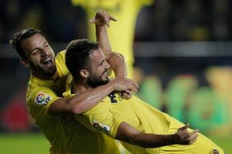 Roberto Soldado dan Mario Gaspar merayakan gol Villarreal ke gawang Sevilla, Sabtu (31/10/2015).