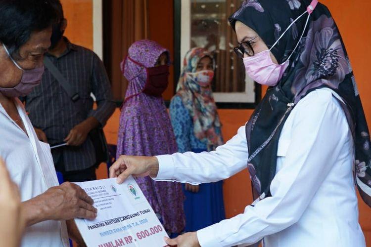 Bupati Luwu Utara Indah Putri Indriani resmi meluncurkan sekaligus menyerahkan secara simbolis Bantuan Langsung Tunai Dana Desa (BLT-DD) bagi warga yang terdampak covid-19 di dua kecamatan, Rabu (13/5/2020).