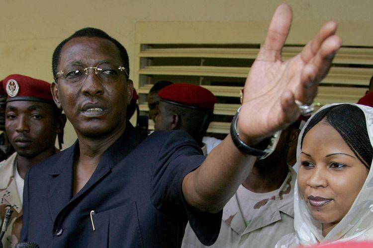Presiden Chad Idriss Deby Itno (kiri) pada 3 Mei 2006, saat berbicara kepada media setelah memberikan suaranya di pemilu presiden di ibu kota N'Djamena.