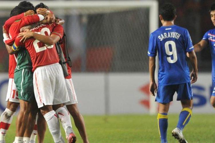 Para pemain timnas Indonesia merayakan kemenangan atas Thailand pada partai fase grup Piala AFF 2010 di Stadion Utama Gelora Bung Karno, 7 Desember 2010.