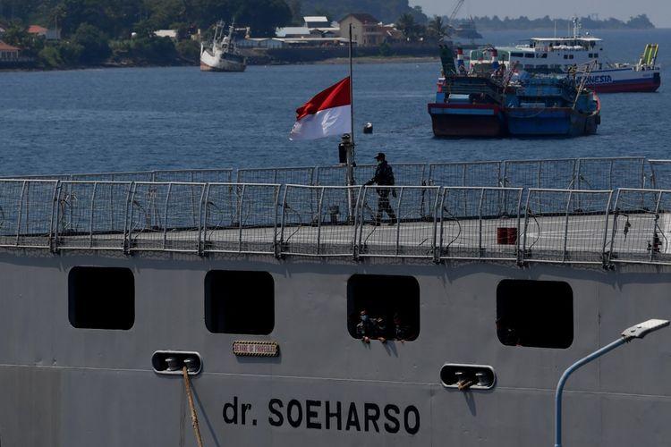 Prajurit TNI AL melintas disamping bendera merah putih yang dikibarkan setengah tiang di dek KRI dr Soeharso-990 ketika sandar di Pelabuhan Tanjung Wangi, Banyuwangi, Jawa Timur, Senin (25/4/2021). TNI AL mengibarkan bendera setengah tiang untuk menghormati 53 awak kapal selam KRI Nanggala-402 yang gugur di perairan Bali dan bendera setengah tiang tersebut akan dikibarkan selama 7 hari. ANTARA FOTO/Zabur Karuru/hp.