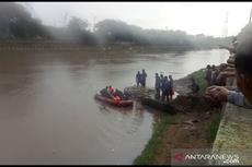 Damkar Jakbar Cari Remaja Tenggelam di Kali Kanal Banjir Barat