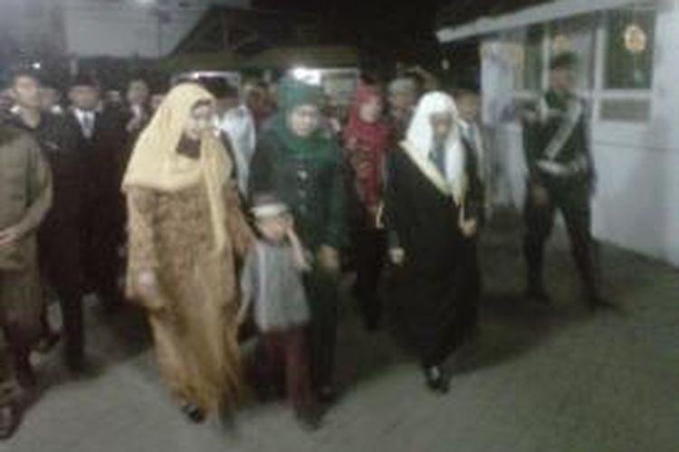 Khofifah Indar Parawansa, calon Gubernur Jawa Timur, saat berkunjung ke Pesantren Kedunglo di Kecamatan Mojoroto, Kota Kediri, Sabtu (17/8/2013), malam.