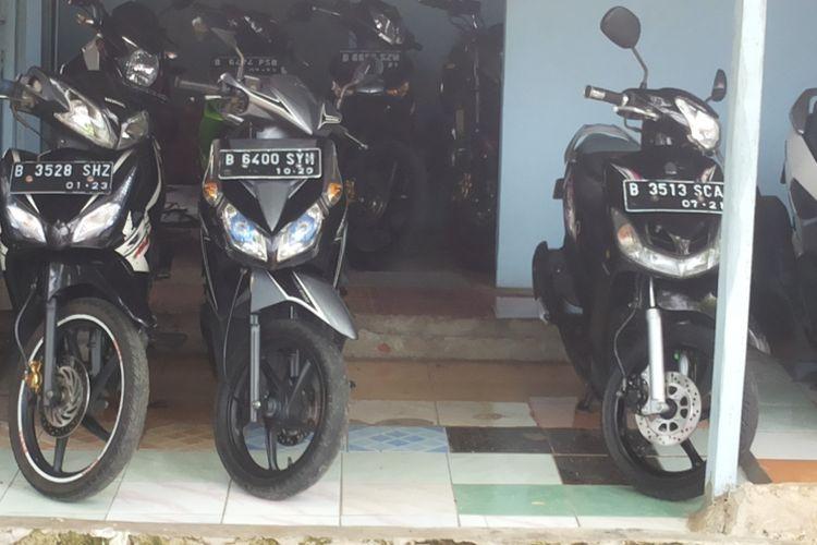 Salah satu motor bebek jenis Honda Blade (dua dari kiri) yang dijual di diler motor bekas Kembar Motor di Jagakarsa, Jakarta Selatan, Rabu (31/1/2018).