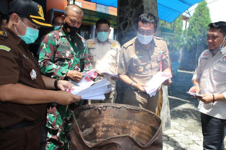Komisi Pemilihan Umum (KPU) Selayar memusnahkan269surat suaradi halaman kantor KPU, Kecamatan Benteng, Kabupaten Kepulauan Selayar lSulawesi Selatan. Selasa (8/12/2020).