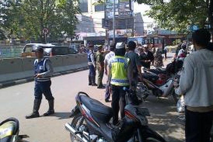Penertiban kembali di lakukan di Pasar Minggu oleh Pemerintah setempat, Polsek Pasar Minggu, Satuan Polisi Pamong Praja dan Dinas Perhubungan. Dilakukan operasi cabut pentil dan pengangkutan kendaraan untuk memberi efek jera pada pemarkir dan tukang ojek di sekitar Pasar Minggu di Jalan Raya Ragunan,Jakarta,Senin (23/9/2013)