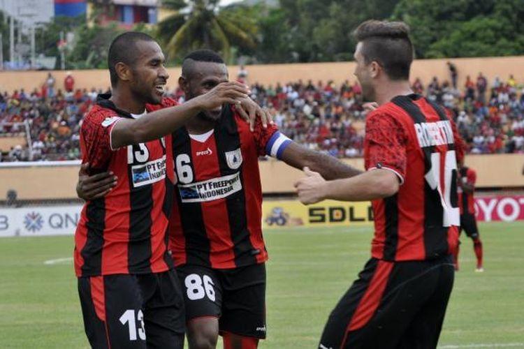 Pemain Persipura Jayapura, Ian Luis Kabes (13) bersama Boaz Salossa (86) menyambut Robertino Pugliara (10) yang mencetak gol ke-3 Persipura ke gawang Bengaluru FC pada menit ke-50.