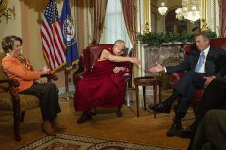Pemimpin spiritual Tibet, Dalai Lama melakukan pertemuan dengan para pemimpin Kongres AS, John Boehner dan Nancy Pelosi. Pertemuan itu memicu protes dari pemerintah China.