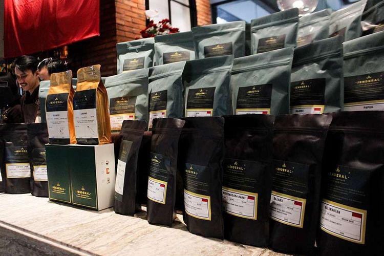 Produk Kopi Jenderal milik Budi Waseso di Lobi Kantor Pusat Perum BULOG, Setiabudi, JakaratSelatan, Rabu (19/2/2020).Peluncuran ini bermula ketika ia menjabat sebagai Kepala Badan Narkotika Nasional (BNN) yang saat itu sering menangani kasus ganja di Aceh, dan berinisiatif untuk mengajak para petani ganja Aceh beralih menanam kopi.
