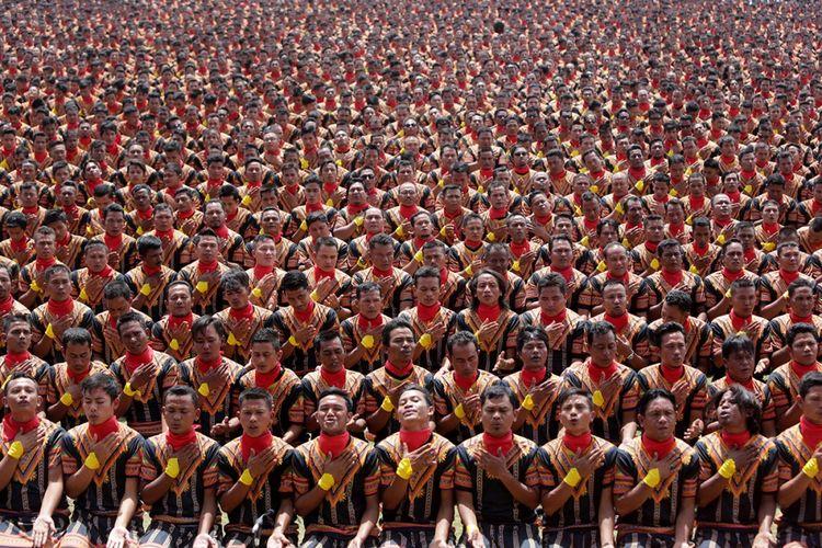 Ribuan penari tampil pada pagelaran tari tradisional Saman massal di Stadion Seribu Bukit, Blang Kejeren, Gayo Lues, Aceh, Minggu (13/8/2017). Pagelaran Tari Saman itu memecahkan rekor dunia dari Museum Rekor Indonesia ( MURI) dengan jumlah penari terbanyak di dunia, yakni 12.262 orang yang berasal dari berbagai komponen masyarakat.