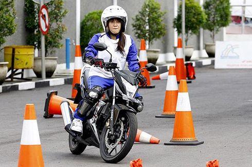 Jangan Cuma Bisa Gas dan Rem, Ini Tips Aman Berkendara bagi Wanita