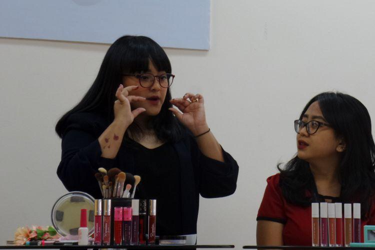 Makeup Artist Lizzie Parra saat mengunjungi kantor Kompasiana di Palmerah Barat, Jakarta, Selasa (2/10/2018).