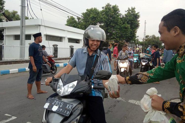Suasana saat pemuda lintas agama di Mojowarno Kabupaten Jombang Jawa Timur, membagikan paket makanan dan minuman untuk berbuka puasa (takjil), Kamis (30/5/2019) petang.